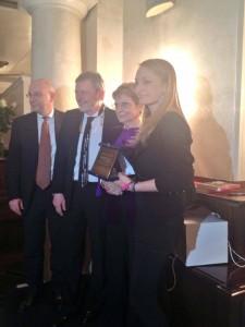 il Direttore di Italia a Tavola Alberto Dubini premia Giada Farina de Le Torte di Giada